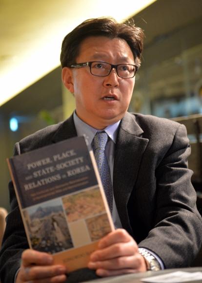 한종우 미 시러큐스대 교수가 12일 서울 프레스센터에서 자신이 최근 펴낸 한국 관련 책을 들고 참전용사 지원사업의 의미와 계획 등을 설명하고 있다. 박지환 기자 popocar@seoul.co.kr