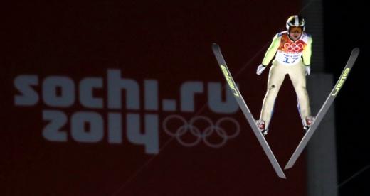제22회 러시아 소치 동계올림픽에 출전한 대한민국 스키 점프 대표팀 최서우가 14일 오후(현지시간) 소치 산악 클러스터 루스키 고르키 점핑 센터에서 열린 남자 스키점프 라지힐 예선 경기에서 비상하고 있다.  연합뉴스