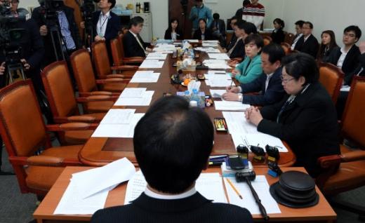조해진 소위원장이 여당의원들만 참석한 가운데 19일 국회에서 열린 미방위 법안심사소위에서 원자력시설의 방호 및 방사능 방재 대책법 일부개정법률안을 논의하고 있다. 연합뉴스