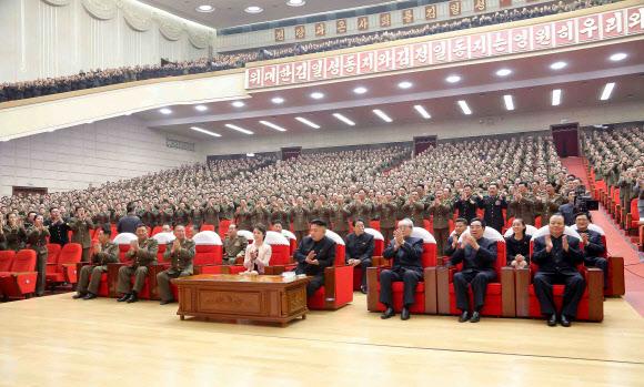 北 김정은, 리설주·김여정과 모란봉악단 관람