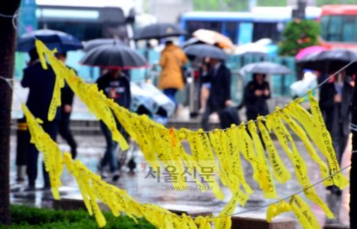 노란 리본 적시는 눈물비  봄비가 내린 28일 서울 종로구 세종로에 세월호 실종자들의 무사 귀환과 희생자를 추모하는 노란 리본이 달려 있다. 박윤슬 기자 seul@seoul.co.kr