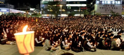 1500여 촛불… 친구들을 위하여 경기 안산시내 고등학생 1500여명이 9일 단원구 고잔동 안산문화광장에서 열린 촛불 문화제에서 촛불을 밝힌 채 세월호 침몰 사고로 세상을 떠난 단원고 학생들을 추모하고 있다.  손형준 기자 boltagoo@seoul.co.kr