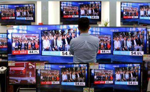 서울시장 선거 출구조사 바라보는 시민