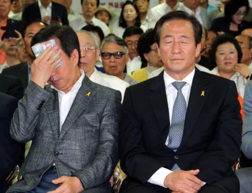출구조사 결과 시청하는 정몽준 후보와 김성태 서울시당위원장
