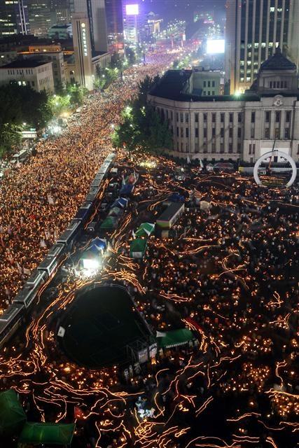 조정환 '다중지성의 정원' 대표는 한국의 촛불시위와 미국의 윌스트리트 점거 운동을 위대한 예술작품으로 꼽았다. 사진은 2008년 6월 광우병 파동으로 들불처럼 번진 촛불집회 전경. 서울신문 포토라이브러리