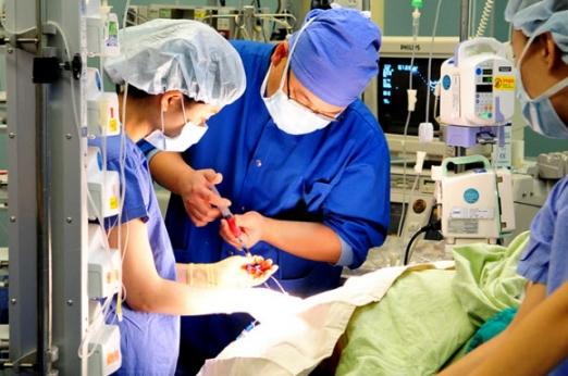 국내 병·의원에서 마취 관련 의료사고로 한해 평균 최소 16명 이상이 사망하고 있다는 분석이 나왔다. 특히 일반인들이 비교적 안심하는 수면마취로 인한 사망사고도 적지않았고, 이중 프로포폴로 인한 사망도 많아 주의가 요구되고 있다. 삼성서울병원 마취통증의학과 김덕경 교수팀은 2009년 7월부터 2014년 6월까지 5년간 국내 의료기관에서 발생한 마취 관련 의료분쟁 중 대한마취통증의학회가 자문한 105건을 분석한 결과, 이같이 나타났다. 사진은 서울의 한 대학병원에서 수술을 앞둔 환자에게 의료진이 마취주사를 투여하는 모습.  삼성서울병원 제공