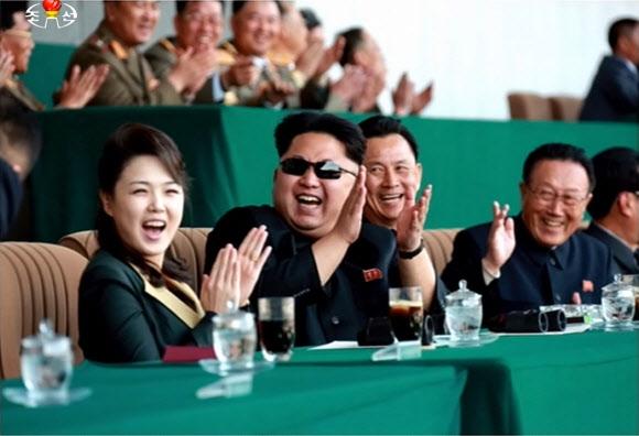 북한 김정은·리설주 부부…축구관람 중 '박장대소'