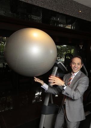 미국의 스포츠과학 저널리스트 데이비드 엡스타인이 홍콩의 한 피트니스클럽에서 손가락으로 공을 돌리는 재주를 부리고 있다. 고교와 대학에서 육상 선수로 활약했던 그는 요즈음 무엇이든 손가락으로 돌리는 기술 연마에 열심이라고 했다.  데이비드 엡스타인 제공