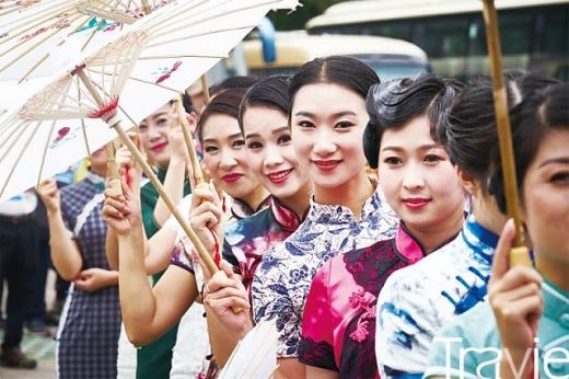 신선거를 오르기 전 치파오를 입은 중국의 모델들이 중국의 아름다움을 선보이기도 했다