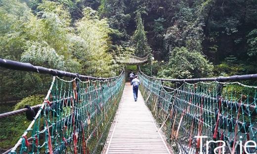 설두산은 계곡 속에 숨겨진 15개의 폭포를 따라 걷는 재미가 일품이다
