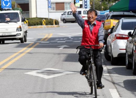 이정현 자전거 타고 당선사례