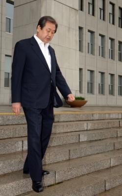 국회 현관 나서는 김무성 대표