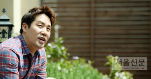 """'성자 셰프'로 통하는 샘킴은 지난달 25일 자신이 총괄셰프로 있는 이탤리언 레스토랑에서 가진 서울신문과의 인터뷰에서 """"시청자들이 새로운 모습을 보고 싶어 해 인공조미료를 써 봤는데 승률이 100%네요. 그렇다고 자연주의를 포기한 건 아닙니다""""라고 말하며 웃었다.  김명국 전문기자 daunso@seoul.co.kr"""