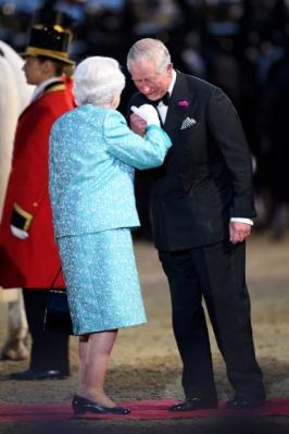 엘리자베스 2세 영국 여왕이 15일(현지시간) 90번째 생일 축하 연회에서 찰스 왕세자의 인사를 받고 있다. AFP 연합뉴스