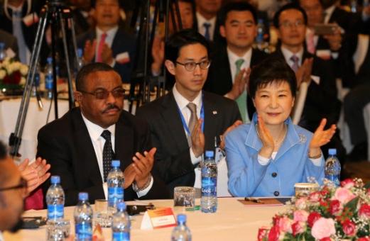 청와대 비아그라 고산병 치료제로 구입 아프리카 순방 중인 박근혜 대통령이 27일(현지시간) 에티오피아 아디스아바바에서 열린 한·에티오피아 비즈니스포럼에 참석해 하일레마리암 데살렌(오른쪽 세 번째) 에티오피아 총리 및 양국 경제인들과 함께 박수를 치고 있다. 아디스아바바 연합뉴스