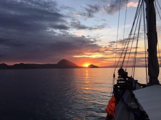 라부안 바조 주변에서 태양이 스러지며 마지막으로 쏟아내는 붉은 빛의 일몰 장면이 장관을 연출하고 있다.