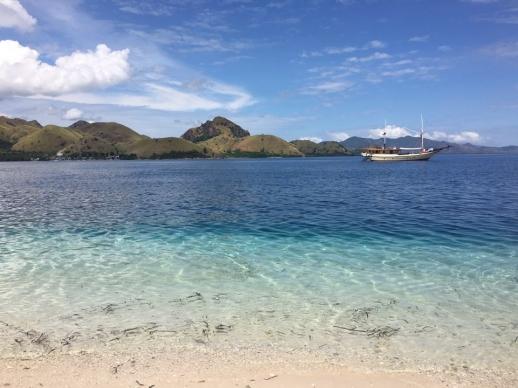 파란 하늘의 하얀 구름, 파란 빛깔의 바다 위에 떠 있는 배, 해변가의 맑디맑은 바닷물이 한데 어우러져 한 폭의 수채화를 만들어내고 있다.