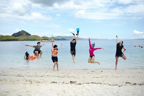 바다 속에서 스노클링을 즐기다 문득 아름다운 해변이 그리워 뛰쳐나온 관광객들이 몸을 솟구치며 즐거움을 만끽하고 있다.