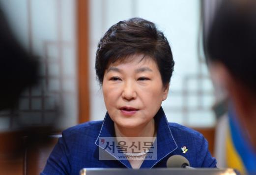 박근혜 대통령이 27일 청와대에서 열린 수석비서관회의에서 모두발언 하고 있다. 안주영 기자 jya@seoul.co.kr
