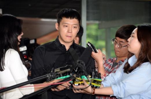 박유천 경찰 출석 성폭행 혐의를 받고 있는 박유천이 30일 오후 피의자 신분으로 조사를 받기 위해 서울 강남경찰서로 들어서고 있다. 2016.6.30 도준석 기자 pado@seoul.co.kr