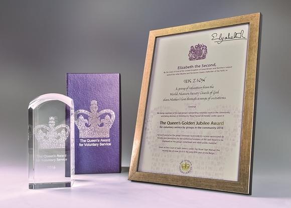 하나님의 교회가 영국 엘리자베스 2세 여왕으로부터 받은 '여왕 자원봉사상' 상장과 상패.