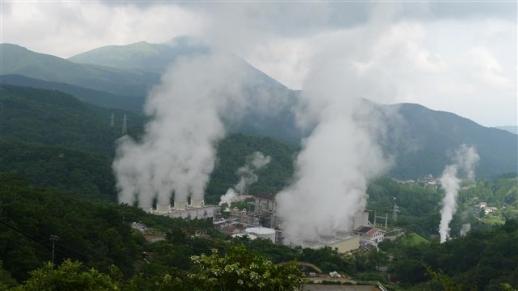 오이타현 내륙 구주산 중턱에 자리잡고 있는 일본 최대 지열발전소인 핫초바루 발전소의 냉각탑에서 터빈을 돌리고 남은 증기가 뿜어져 나오고 있다.