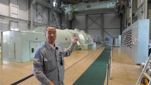 가와조에 세이키 핫초바루 발전소 부소장이 지난달 26일 주변 땅 밑에서 뽑아 올린 고열 증기로 돌아가는 터빈 등 발전소 내부 시설을 설명하고 있다.