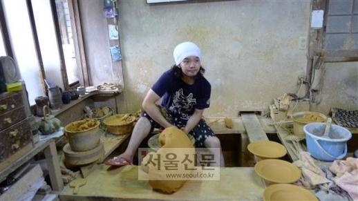 젊은 도예가 사카모토 소우가 작업장에서 400년 전 조선 도공이 전수한 방식대로 도자기를 빚고 있다.