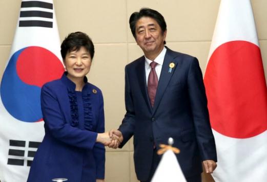 한일 정상회담 아베 소녀상 철거 요구 박근혜 대통령과 아베 일본 총리가 7일 오후(현지시간) 라오스 비엔티안 국립컨벤션센터(NCC)에서 열린 한일 정상회담에서 악수하고 있다.