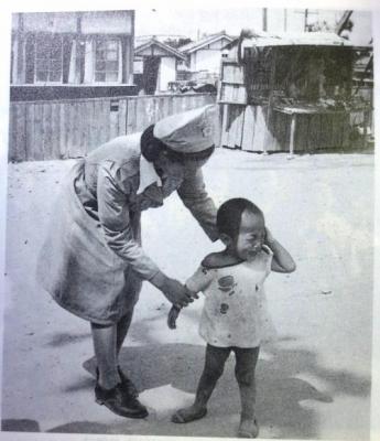 1946년 거리에서 우는 어린아이를 달래고 있는 자주색 투피스 차림의 여자경찰관. 해방 이후 여성들은 참정권을 가진 국민국가의 구성원으로 각종 여성운동 단체를 조직해 정치활동에 적극 참여했다. 사람의무늬 제공