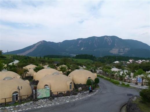 일본 구마모토현 아소산 국립공원에 있는 아소팜 빌리지의 반구형 숙소. 지난 4월 지진에도 피해를 입지 않은 이곳은 현재 이재민의 피신처 역할을 하고 있다.  일본 국제프레스센터 제공
