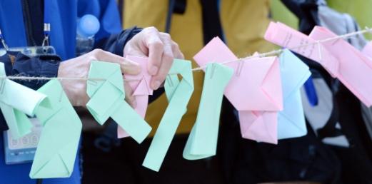 시민들이 둘레길 내 마련된 '소원쪽지 달기' 이벤트에서 자신들이 적은 편지를 줄에 매달고 있다.  박윤슬 기자 seul@seoul.co.kr