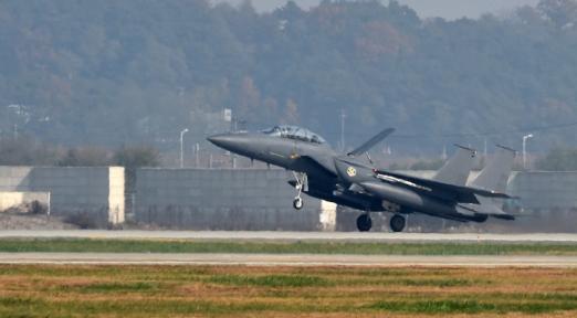 8일 경기도 오산미공군기지에서 한미영 합동 '무적의 방패' 훈련에 참가중인 대한민국 공군 F-15 전투기가 이륙하고 있다./사진공동취재단
