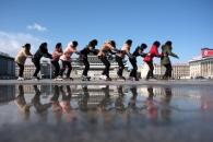 [포토] 롤러블레이드 타고 김일성광장 가로지르는 북한…