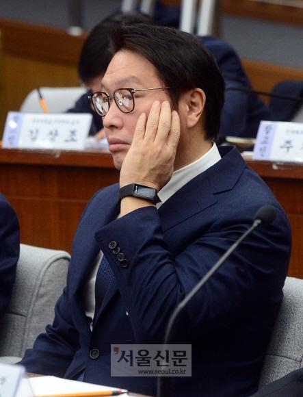 피곤한 회장님들  6일 국회에서 열린 '최순실 국정농단 게이트' 진상 규명을 위한 국정조사 특위 청문회에서 재벌 총수들이 피곤한 표정을 짓고 있다. 사진은 최태원 SK그룹 회장. 정연호 기자 tpgod@seoul.co.kr
