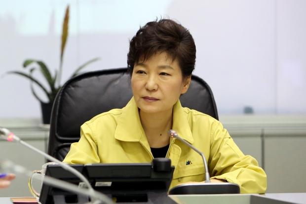 이규연의 스포트라이트  2014년 4월 16일 세월호 침몰 당시 오후에 중앙재난안전대책본부를 방문했던 박근혜 대통령. 청와대 제공