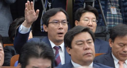 박근혜 대통령에 대한 탄핵소추안 표결이 있는 지난달 9일 국회에서 열린 새누리당 의원총회에서 김영우 의원이 회의진행에 이의를 제기 하고 있다. 이종원 선임기자 jongwon@seoul.co.kr