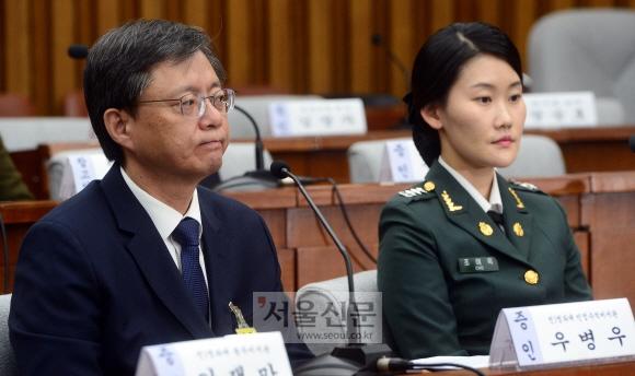 꽉 다문 입, 진실은…  우병우(왼쪽) 전 청와대 민정수석이 지난 22일 국회 '최순실 게이트' 국정조사특별위원회의 5차 청문회에 출석해 입을 굳게 다문 채 의원들의 질의를 듣고 있다. 오른쪽은 청와대 간호장교로 근무한 조여옥 대위. 정연호 기자 tpgod@seoul.co.kr