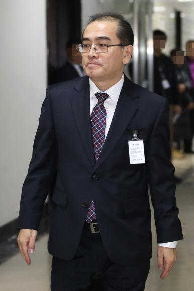 탈북 엘리트의 첫 외출  탈북 뒤 지난 8월 귀순한 태영호 전 영국 주재 북한대사관 공사가 23일 국회 정보위원회 전체회의에 출석하기 전 대기실로 향하고 있다. 박윤슬 기자 seul@seoul.co.kr