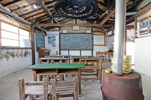 50년 된 여관이 생활사 갤러리로 탈바꿈했다. 여관의 공간들은 1920년대 교실과 마을 관련 전시 공간이 됐다.