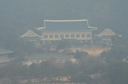 새해 첫날인 1일 청와대 본관이 적막감에 싸여 있다. 안주영 기자jya@seoul.co.kr