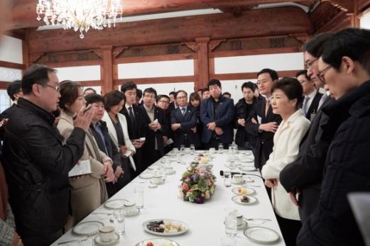 朴대통령 출입기자단과 신년 간담회 박근혜 대통령이 1일 신년을 맞아 청와대 상춘재에서 춘추관 출입기자들과 만나 대화를 나누고 있다. 청와대 제공