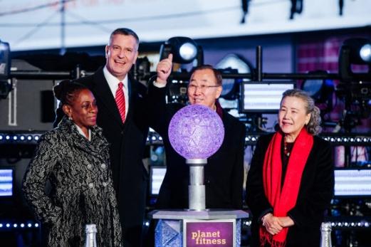 반기문(왼쪽 세 번째) 유엔 사무총장이 지난달 31일 뉴욕 타임스스퀘어에서 열린 세계 최대 규모의 새해맞이 행사 '크리스털 볼드롭'에서 인사를 하고 있다. 반 총장의 마지막 공식 행사였으며, 부인 유순택씨와 함께 참석했다. 뉴욕 EPA 연합뉴스