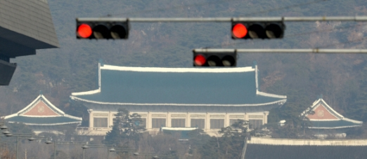 박근혜 대통령 탄핵안에 대한 헌법재판소 1차 변론기일인 3일 서울 광화문의 붉은 신호등 너머로 청와대가 보이고 있다. 2017.1.3 박지환기자 popocar@seoul.co.kr