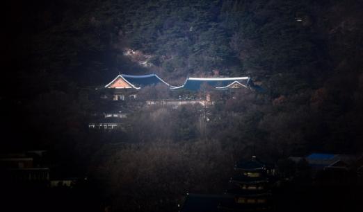 헌법재판소에서 대통령 탄핵 1차 변론이 있던 3일 청와대 대통령 관저가 적막감에 싸여 있다. 2017. 1. 3 정연호 기자 tpgod@seoul.co.kr