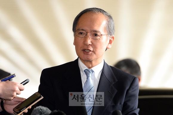 나가미네 야스마사 주한 일본대사가 9일 일시귀국하기 위해 김포공항에 도착해 취재진의 질문에 답하고 있다. 박윤슬 기자 seul@seoul.co.kr
