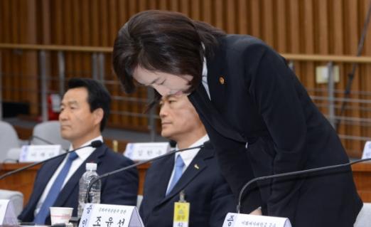 위증 혐의를 받고 있는 조윤선 문화체육관광부 장관이 9일 국회에서 열린 '최순실 국정조사특위 7차 청문회'에 증인으로 출석해 이른바 '문화계 블랙리스트' 존재를 인정하며 머리 숙여 사과하고 있다. 이종원 선임기자 jongwon@seoul.co.kr