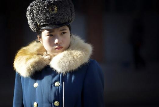 10일 북한 평양에서 두터운 겨울 유니폼을 입은 여자 교통경찰관이 도로에 나와 교통정리를 하고 있다. AP 연합뉴스
