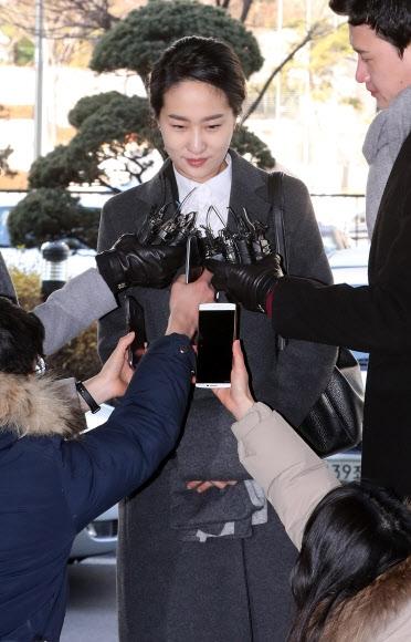 지난해 4·13 총선 관련 불법 정치자금을 받은 혐의로 기소된 김수민 의원이 11일 오전 서울 마포구 서울서부지법에서 열린 1심 선고공판에 출석하면서 취재진의 질문을 받고 있다. 연합뉴스