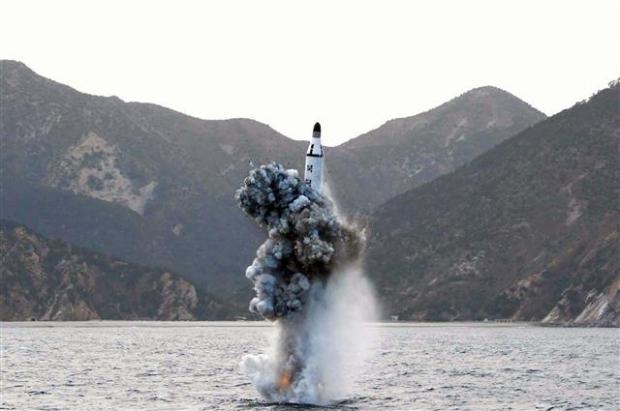지난해 4월 24일 김정은 노동당 위원장이 참관한 가운데 잠수함발사탄도미사일(SLBM) 수중 시험발사를 하는 장면. 북한 조선중앙통신이 보도했다. AFP 연합뉴스